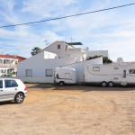 LE CAMPING-CAR DANS UN PARKING A 50 M DE LA VILLA